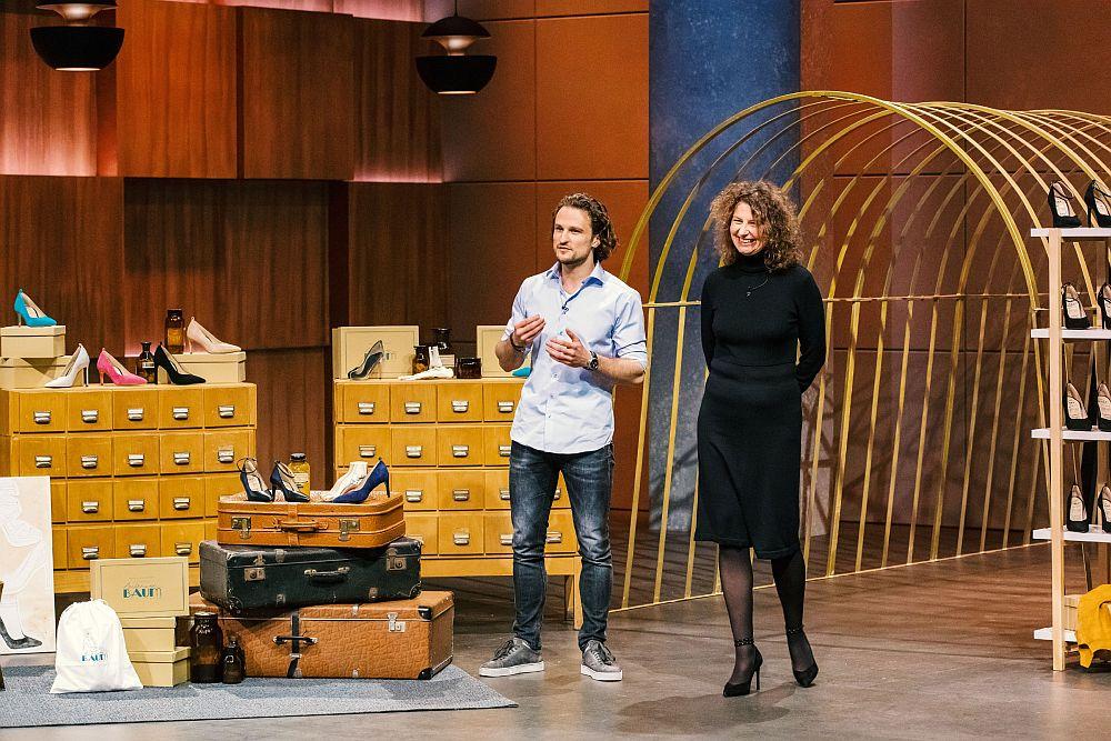 Christof Baum und Sophie Tréhoret präsentieren den Löwen die Schuhe von Maison Baum.