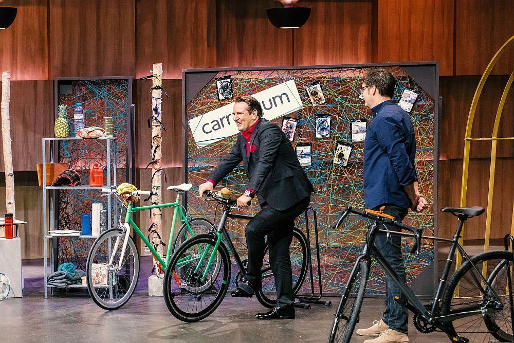 Ralf Dümmel schwingt sich aufs Fahrrad und testet das carryyygum von Carl Heinze. (TVNOW / Bernd-Michael Maurer)
