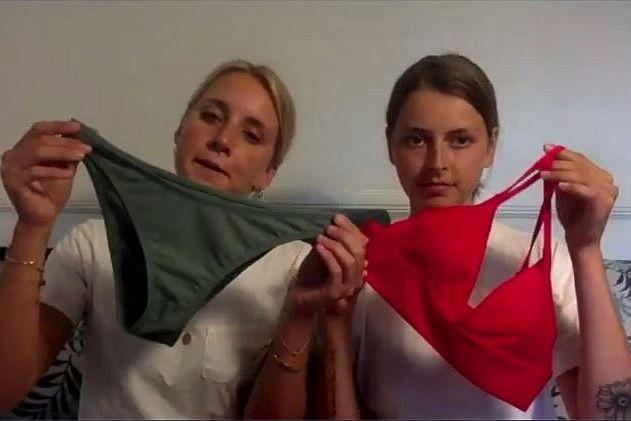 Kim Flint und Teresa Brouwsers zeigen ihre Bademoden aus recycelten Fischernetzen.
