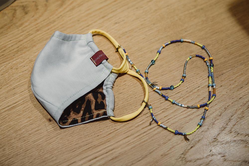 Eine AroMaske mit Perlenband.