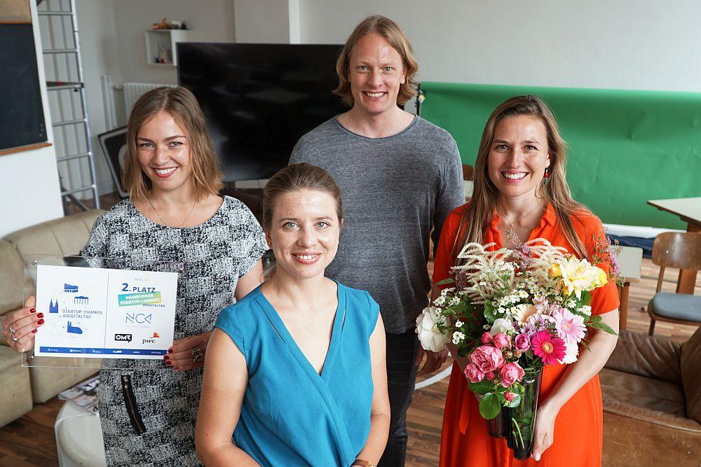 Evgeniya Polo (links) und Victoria Dietrich (rechts) von Emmora und Veronika Reichboth (mitte vorn) und Arne Lotze (mitte hinten) von der Startup-Unit.