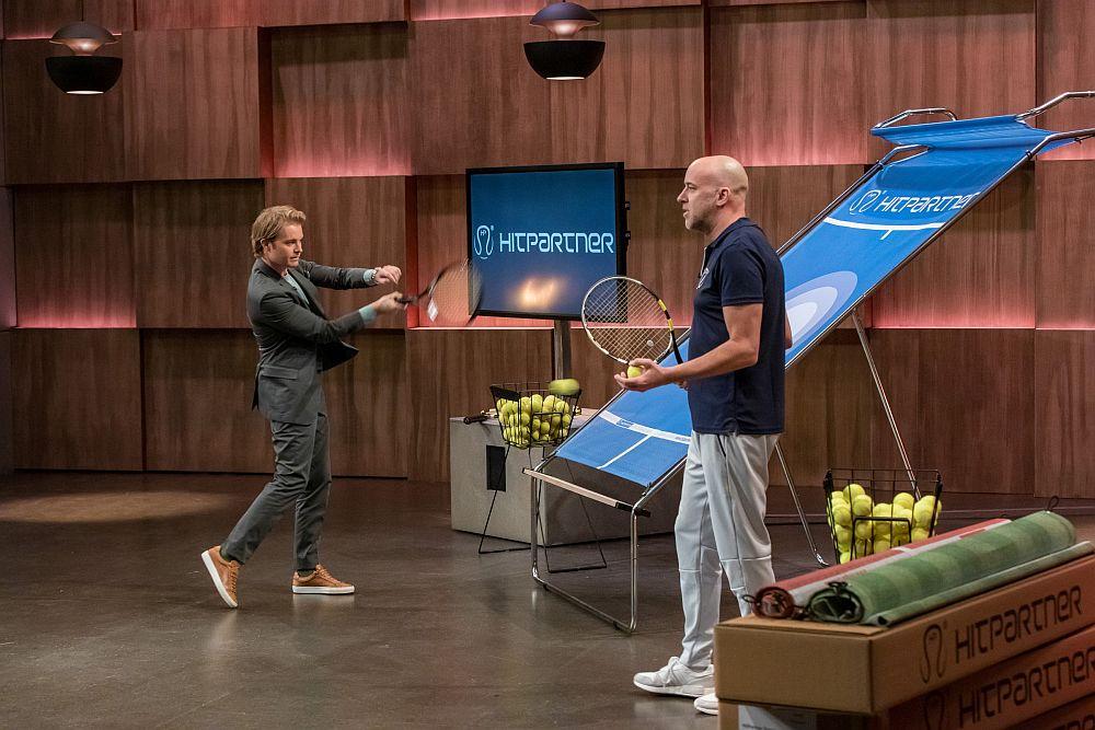 Während Nico Rosberg die mobile Tenniswand HitPartner testet, erklärt Gründer Alexander Lenfers ihre Vorteile.  (Foto: TVNOW / Bernd-Michael Maurer)