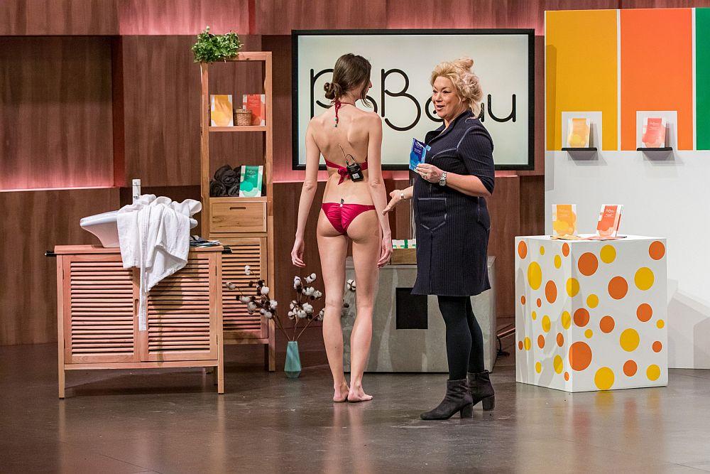 Dr. Sandy Glückstein präsentiert anpo eines Models ihr PoBeau.  (Foto: TVNOW / Bernd-Michael Maurer)