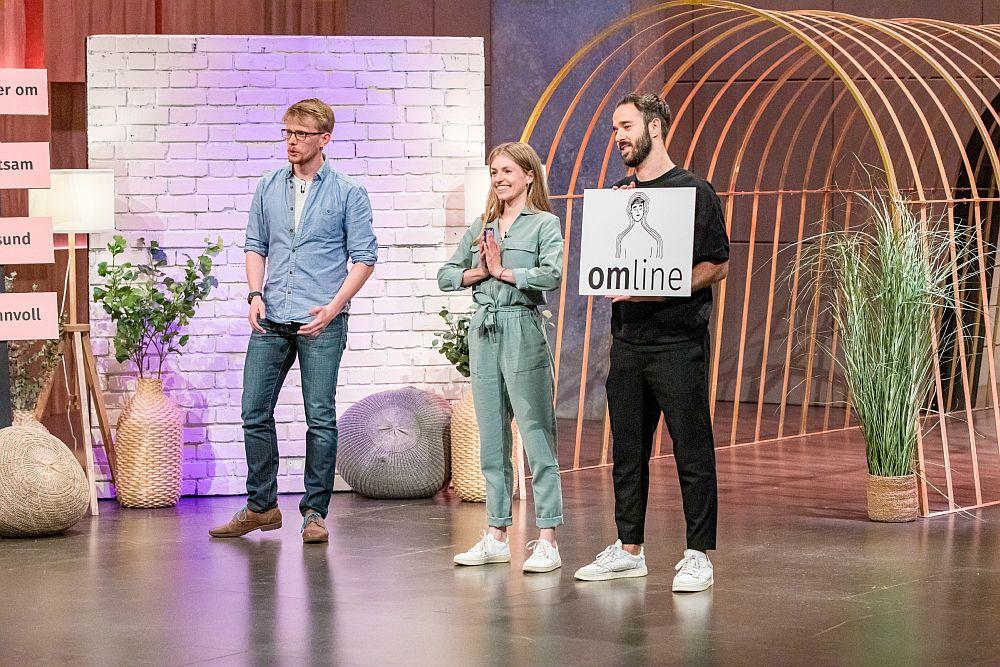 """Marius Rackwitz, Christina Roitzheim und Selcuk Aciner präsentieren das Schlagwort zu not less but better: """"omline"""" (Foto: TVNOW / Bernd-Michael Maurer)"""