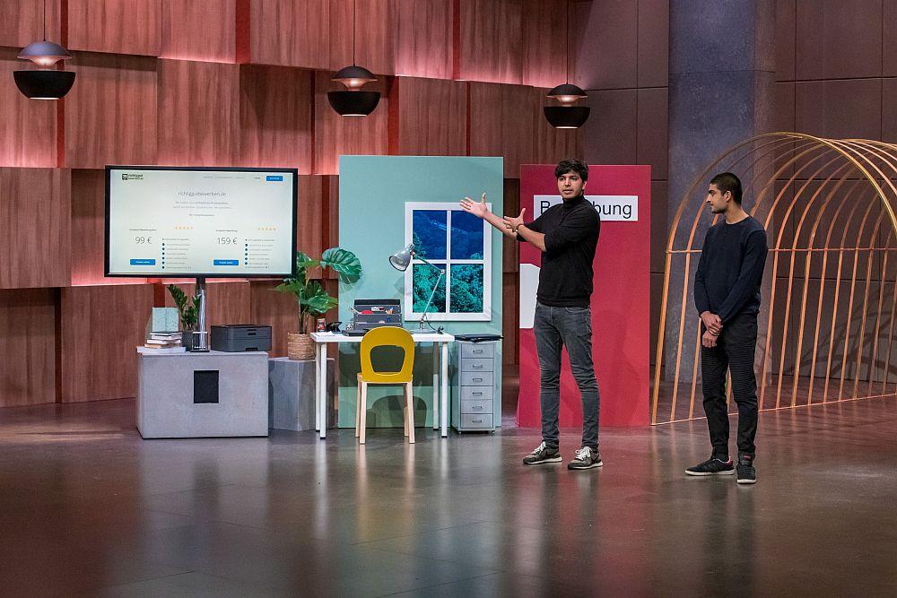 Bilal und Adil Zafar erklären richtiggutbewerben.de. (Foto: TVNOW / Bernd-Michael Maurer)