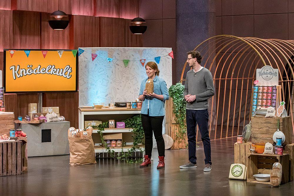 Janine Trappe und Felix Pfeffer von Knödelkult machen die Löwen auf das Schicksal unverkaufter Brote aufmerksam.