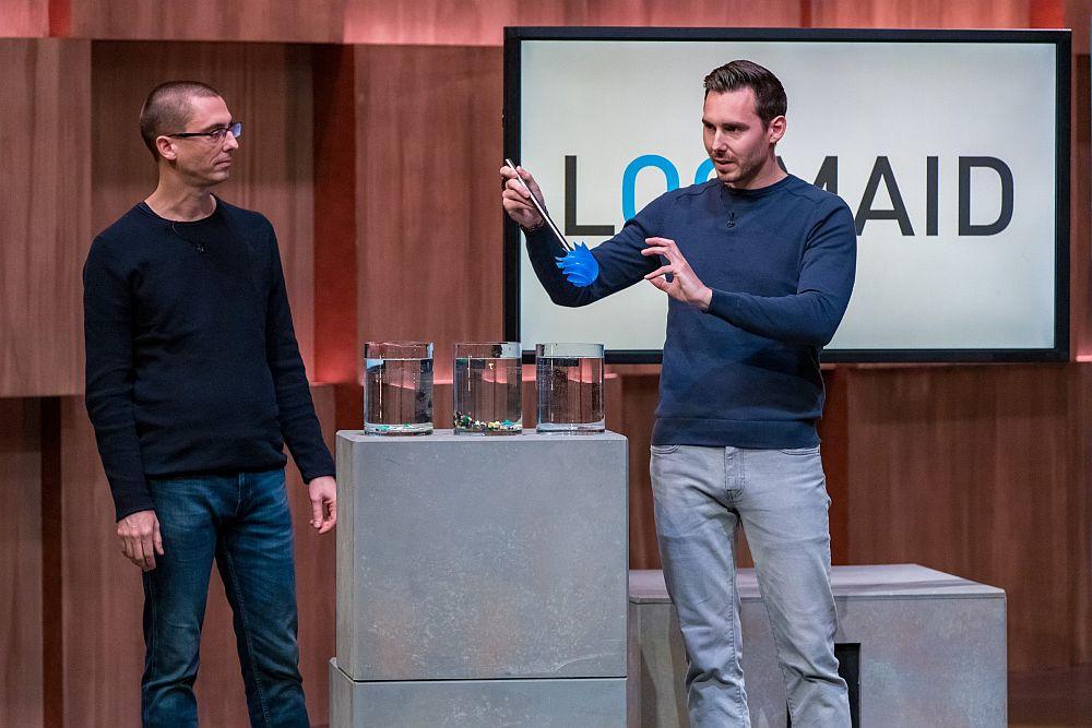 Die Brüder Jan-Peter und Andres Psczolla präsentieren ihre Klobürste LOOMAID.