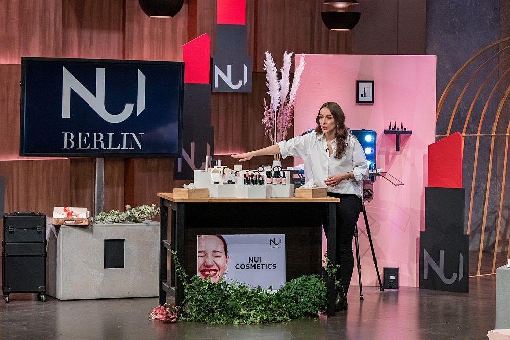Swantje van Uehm präsentiert die Produktpalette von NUI Cosmetics.
