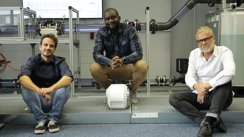 Die PYDRO-Gründer Miguel Linares (CTO) und Mulundu Sichone (CEO) mit Investor Thomas Clemens.