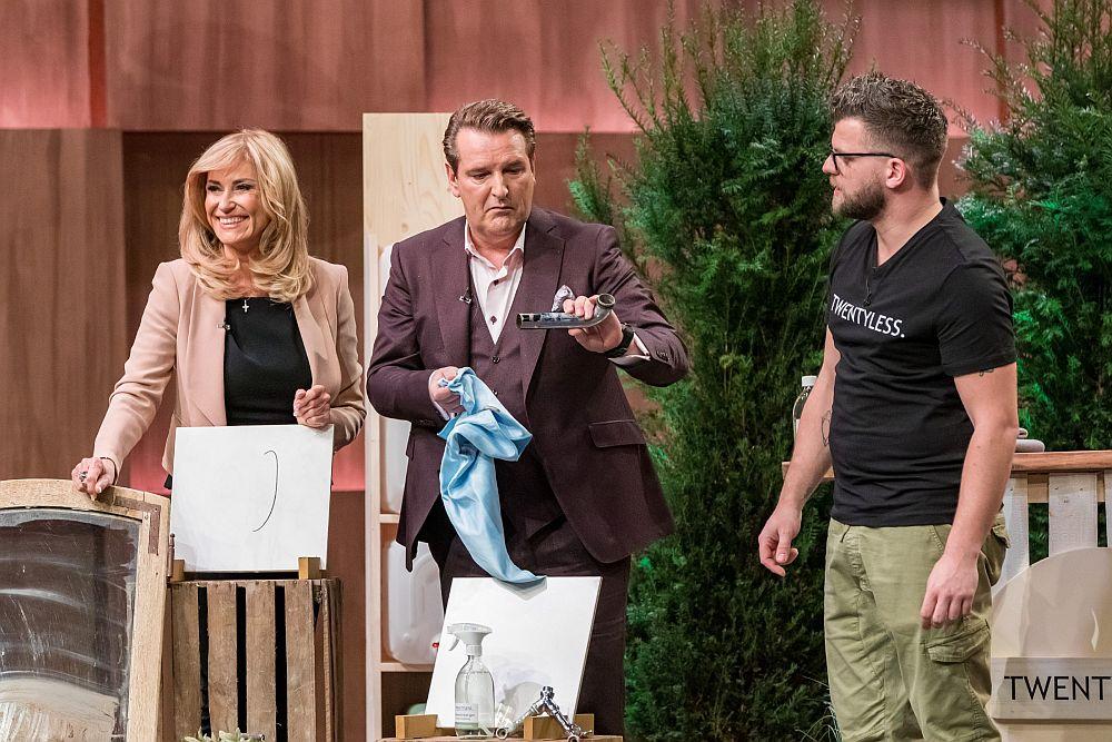 Dagmar Wöhrl und Ralf Dümmel putzen mit Twentyless, Gründer Eike Meyer schaut zu.
