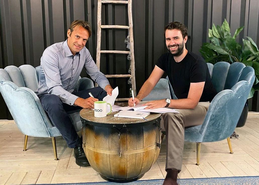 Oke Hansen,  Geschäftsführer der VR Projektverwaltung, und Andreas Kitzing, unterschreiben den Investmentvertrag. (Foto: Sponsoo)