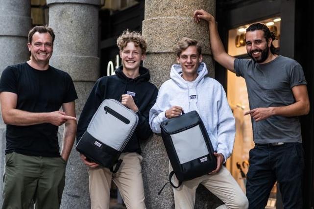 Alexander Graf, Emil Woermann, Jacob Leffers und Tarek Müller freuen sich über das Investment. (Foto: OAK25)