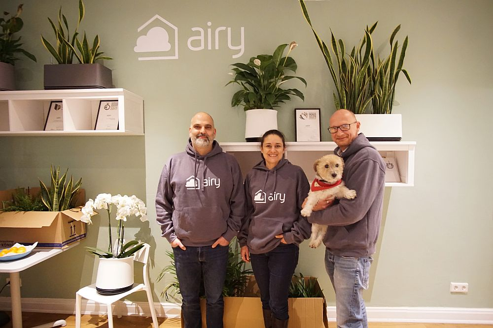 Sie gehören zum aktuellen AIRY-Team: Babak Ordibeheschti, Nusha Sarabi, Stephan Hagen und Hund Mylo.