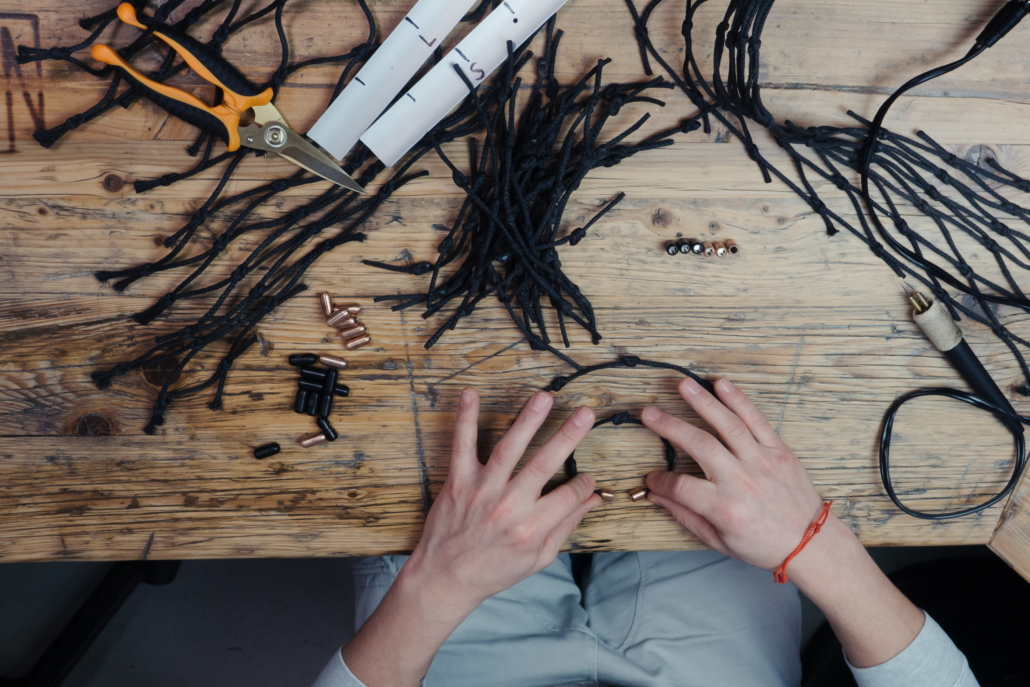 Die Herstellung der Armbänder ist echte Handarbeit. (Foto: Bracenet)