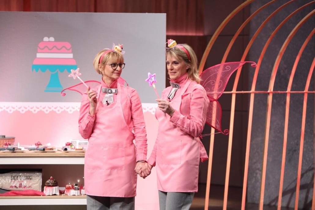 Gisela van Bebber und Sabine Kämper preisen als Feen verkleidet ihre Back- und Dessertcreme BACK'O'FUNNY an.  (Foto: TVNOW / Frank W. Hempel)