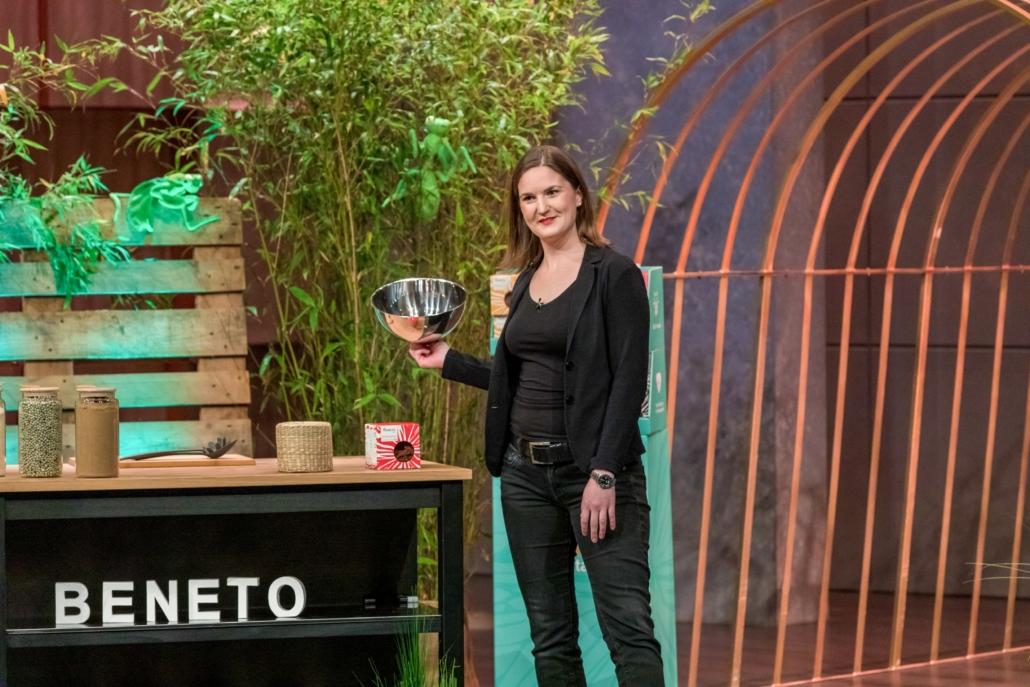Lara Schuhwerk von Beneto Foods sorgt mit ihrer Grillenpasta  für den Zweikampf Nico Rosberg gegen Ralf Dümmel.