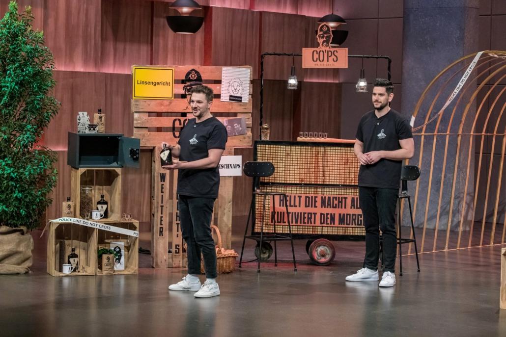 Finn Gelderrmann und Jan Weigelt servieren den Kaffeeschnaps CO´PS.  (Foto: TVNOW / Bernd-Michael Maurer)