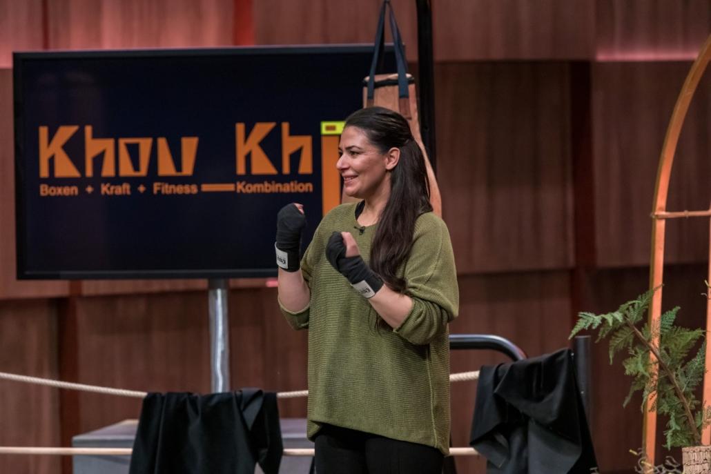 Lena Ahmadi Khouki produziert mit ihrem Startup Khou Khii Boxsäcke aus Kork. (Foto: TVNOW / Bernd-Michael Maurer)