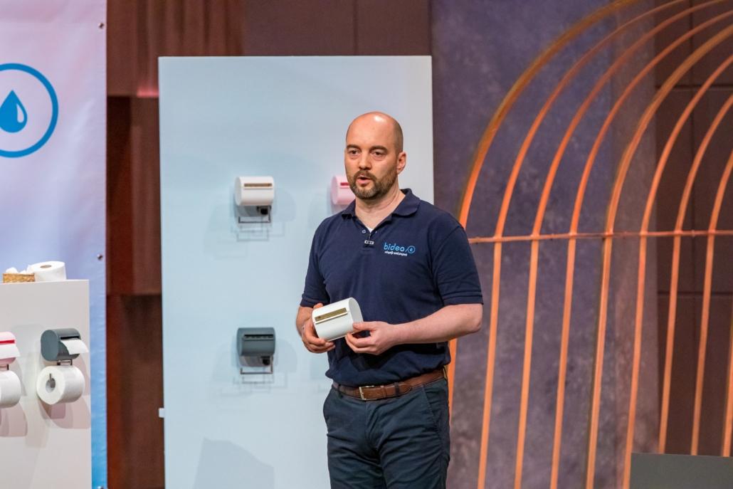 Thorsten Homma stellt seinen Toilettenpapierbefeuchter bideo vor.