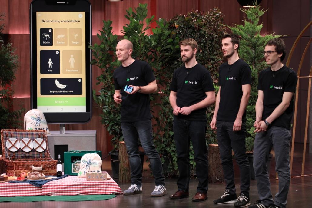 Lukas Liedtke, Stefan Hotz, Armin Meyer und Christof Reuter präsentieren den Löwen heat_it. (Foto: TVNOW / Frank W. Hempel)