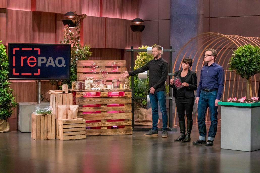 Hannes Füting  und Katja und Sven Seevers  präsentieren den Löwen mit Repaq plastikfreie Folienverpackungen.