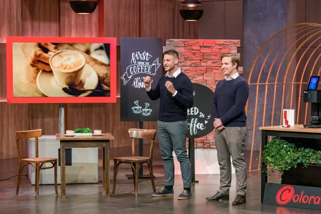 Die Brüder Angelo und Sando Torcia bedrucken mit Coffee Colorato Kaffeeschaum. (Foto: TVNOW / Bernd-Michael Maurer)