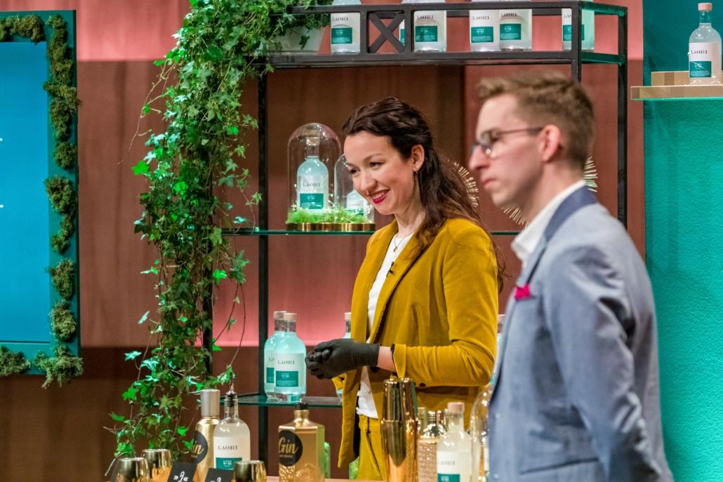Stella-Oriana Strüfing und Christian Zimmermann servieren Laori. (Foto: TVNOW / Bernd-Michael Maurer)