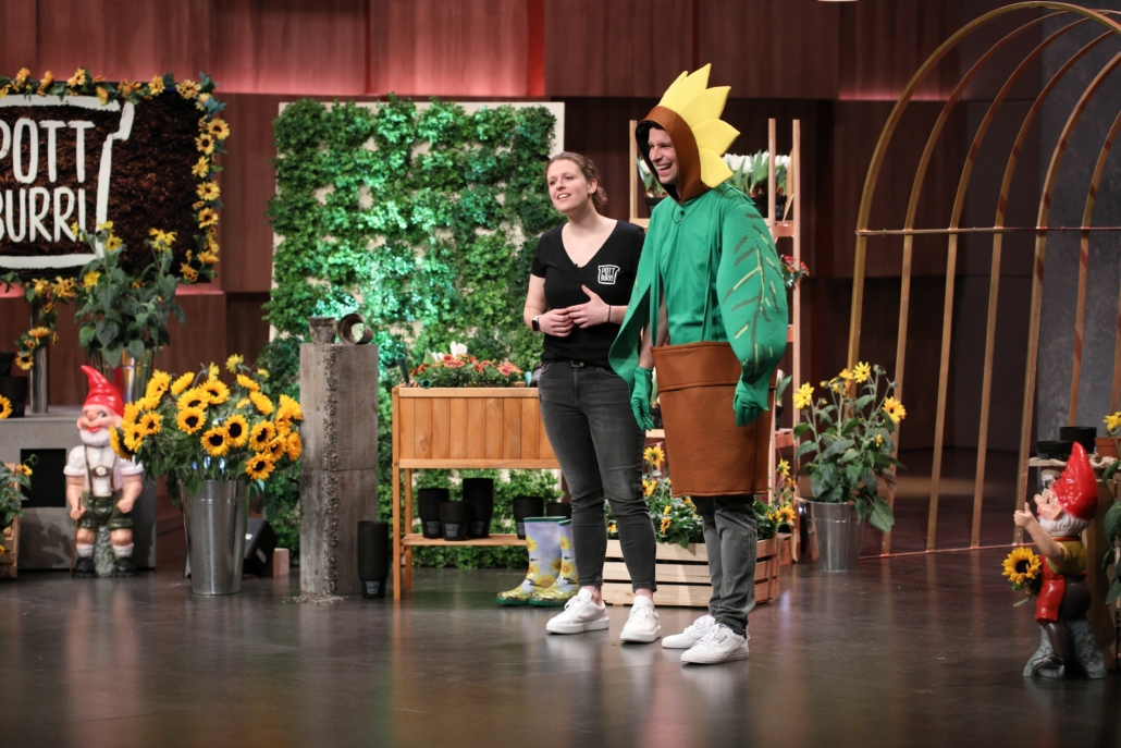 Die Geschwister Antonia und Alexander Cox präsentieren den Pflanzentopf POTBURRI. (Foto: TVNOW / Frank W. Hempel)