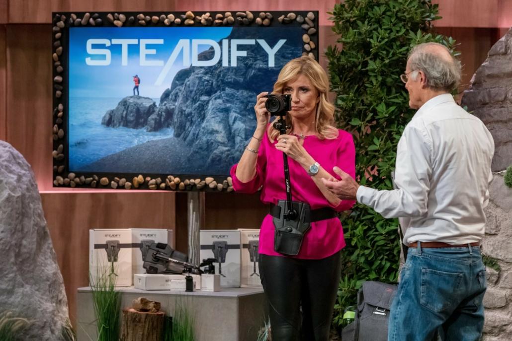 Gert Wagner demonstriert Investorin Dagmar Wöhrl die Möglichkeiten von Steadify, einem Kamerastabilisator für Film und Fotografie.