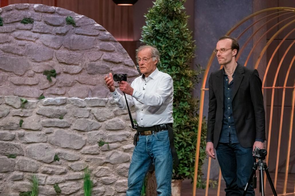 Gert Wagner führt mit seinem Sohn Tobias den Steadify vor, einen Kamerastabilisator für Film und Fotografie. (Foto: TVNOW / Bernd-Michael Maurer)