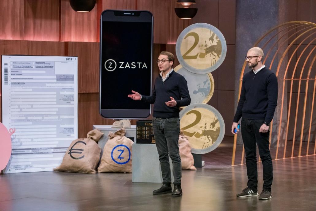 Jörg Südkamp und Dr. Michael Potstada erklären die App von ZASTA. (Foto: TVNOW / Bernd-Michael Maurer)