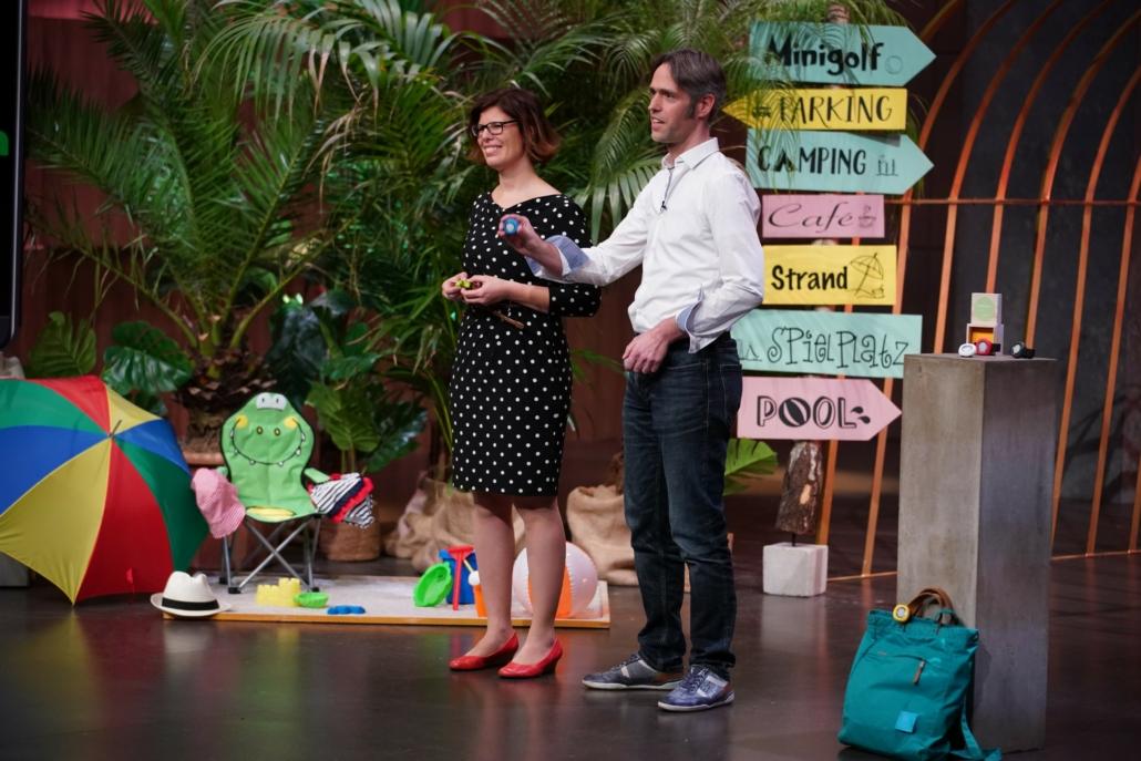 Annette Barth und Julian Meyer-Arnek  präsentieren den UV-Bodyguard _ajuma. (Foto: TVNOW / Stefan Gregorowius)