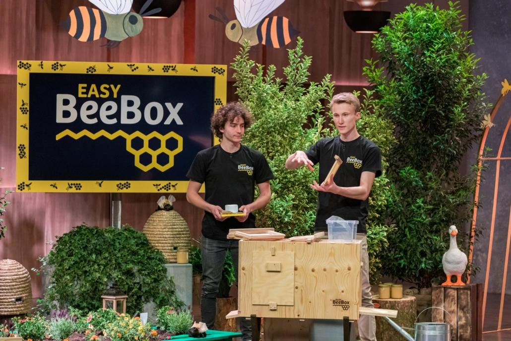 Bieten Bienen ein Zuhause: Nick Peters  und Jan-Angelus Meyer  von easyBeeBox. (Foto: TVNOW / Bernd-Michael Maurer)