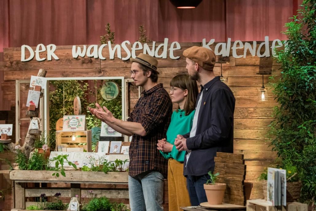 Orlando Zaddach Manuela Baron und Tobias Aufenanger von primoza bringen einen Jahreskalender mit Samenblättern in die Höhle. (Foto: TVNOW / Bernd-Michael Maurer)