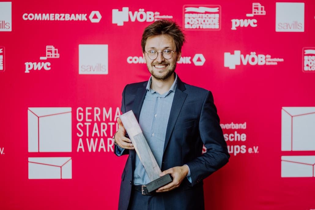 """Julian Angern von Sympatient mit seinem Award als """"Newcomer des Jahres 2021""""."""