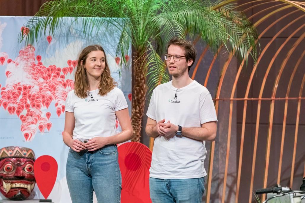 Anja Niehoff und Hans Knöchel stellen ihre Reise-App Lambus vor. Die Karte im Hintergrund zeigt - maximal unglaubwürdig - alle dank der Plattform bereisten Ziele. (Foto: TVNOW / Bernd-Michael Maurer)