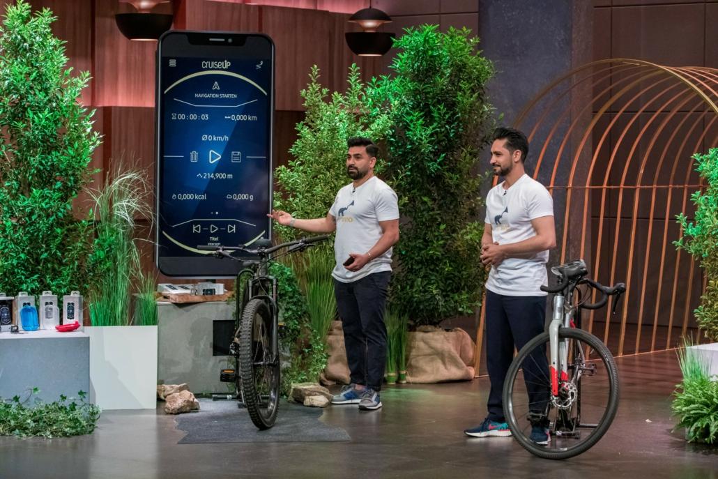 Sohrab und Khesrau Noorzaie wollen mit SMINNO Fahräder ausstatten. (Foto: TVNOW / Bernd-Michael Maurer)