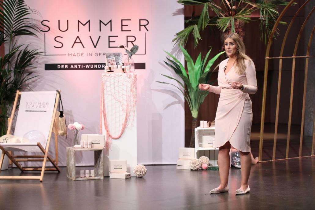 Denise Hahn bietet mit Summersaver Balsam für die Haut.  (TVNOW / Frank W. Hempel)
