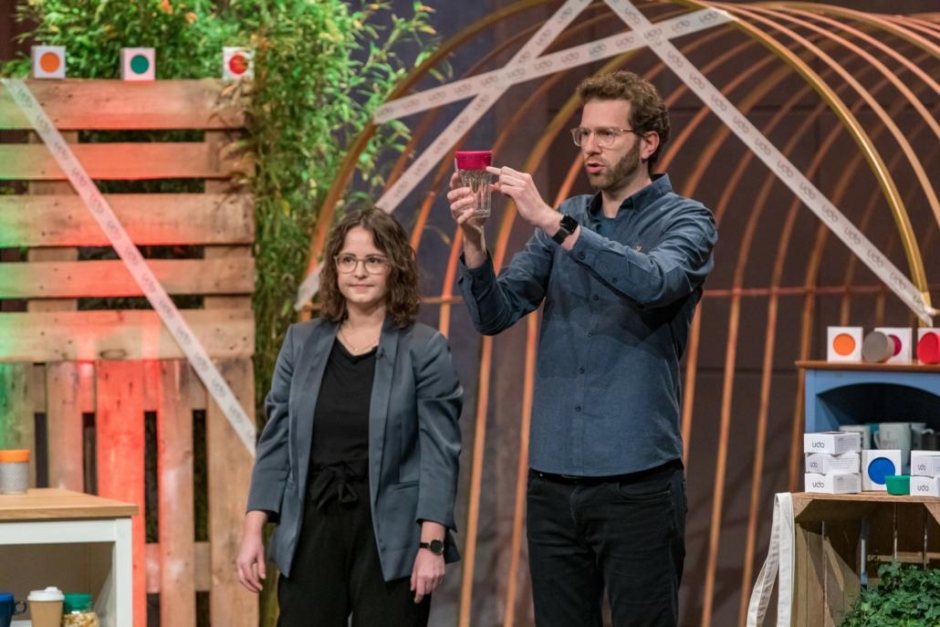Carina Frings und Dennis Krey zeigen: Udo passt auf fast jedes Glas.