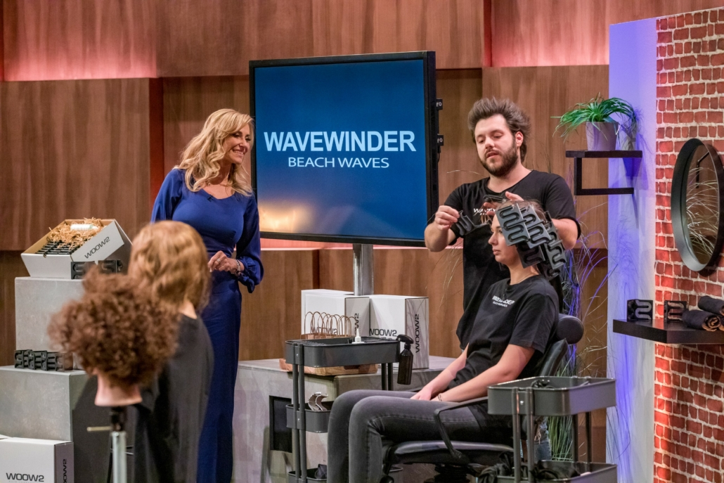 Milko Grieger erklärt Dagmar Wöhrl, wie sein WAVEWINDER funktioniert. (Foto: TVNOW / Bernd-Michael Maurer)
