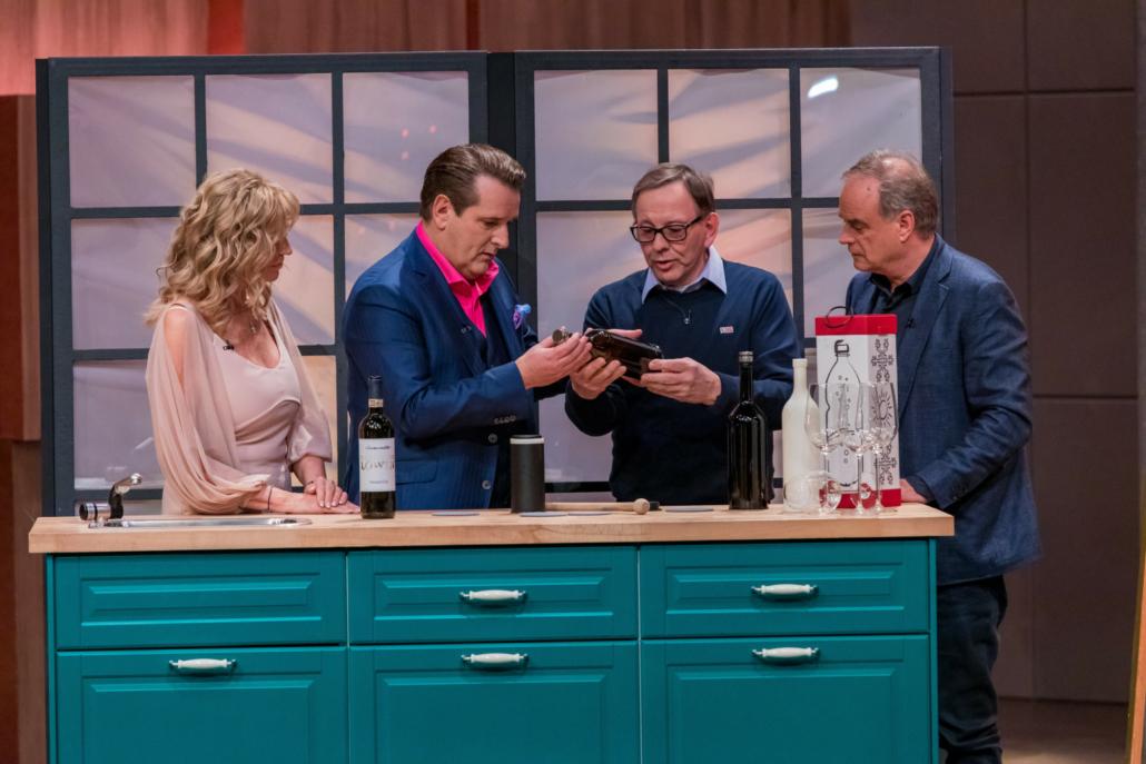 Dagmar Wöhrl, Ralf Dümmel und Georg Kofler lassen sich von lassen sich Hubert Koch den Winemaster erklären. (Foto: TVNOW / Bernd-Michael Maurer)