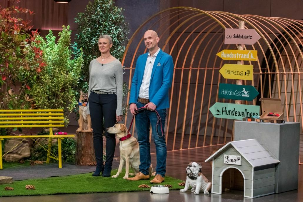 Walburga und Reto Falkenberg haben Hündin Luna an der WowWow-Leine. (Foto: TVNOW / Bernd-Michael Maurer)