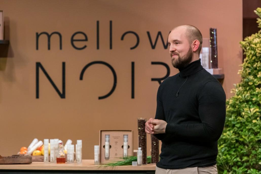 Julian Köster hat mit mellow NOIR Kosmetik aus Kaffeeresten kreiert. (Foto: TVNOW / Bernd-Michael Maurer)