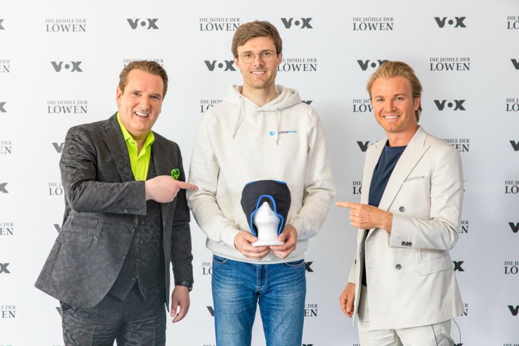 Ein Gründer, zwei Löwen: Ralf Dümmel, Fabian Karau und Nico Rosberg machen bei mysleepmask gemeinsame Sache. (Foto: TVNOW / Bernd-Michael Maurer)