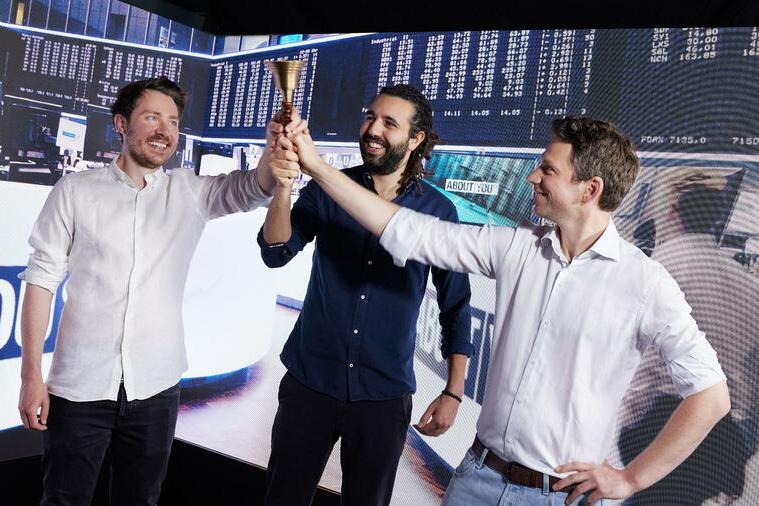 ABOUT YOU: Hannes Wiese (Mitgründer und Vorstandsmitglied Operations & Finance), Tarek Müller (Mitgründer und Vorstandsmitglied Marketing & Brand), Sebastian Betz (Mitgründer und Vorstandsmitglied Tech & Produkt) feiern den Börsengang von ABOUT YOU.
