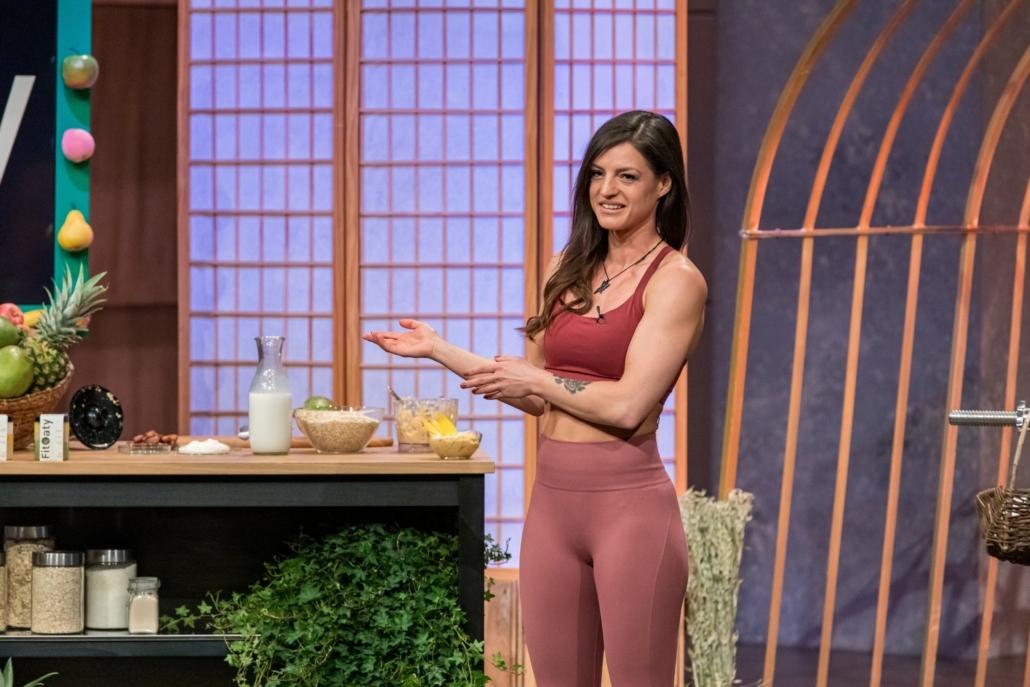 Christina Schwarz serviert ihr Fitnessfrühstück FitOaty. (Foto: TVNOW / Bernd-Michael Maurer)