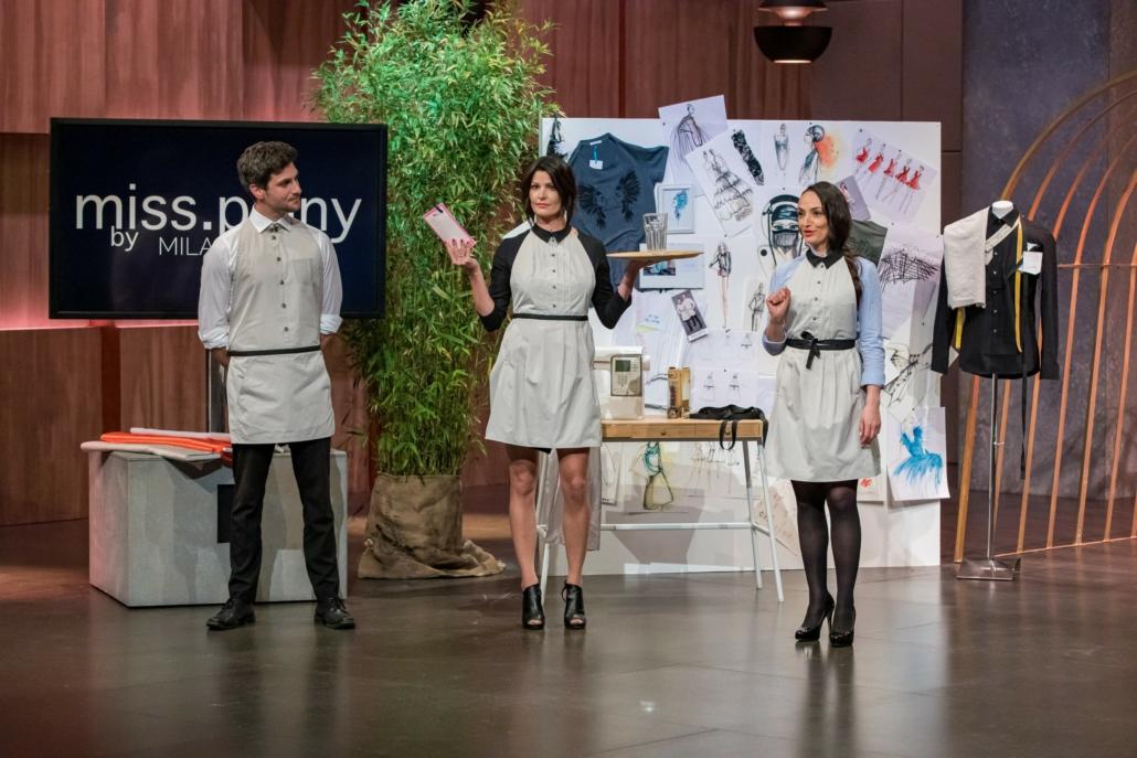Lydia Walter (r.) führt mit zwei Models ihre Schürze miss.pinny vor. (Foto: TVNOW / Bernd-Michael Maurer)