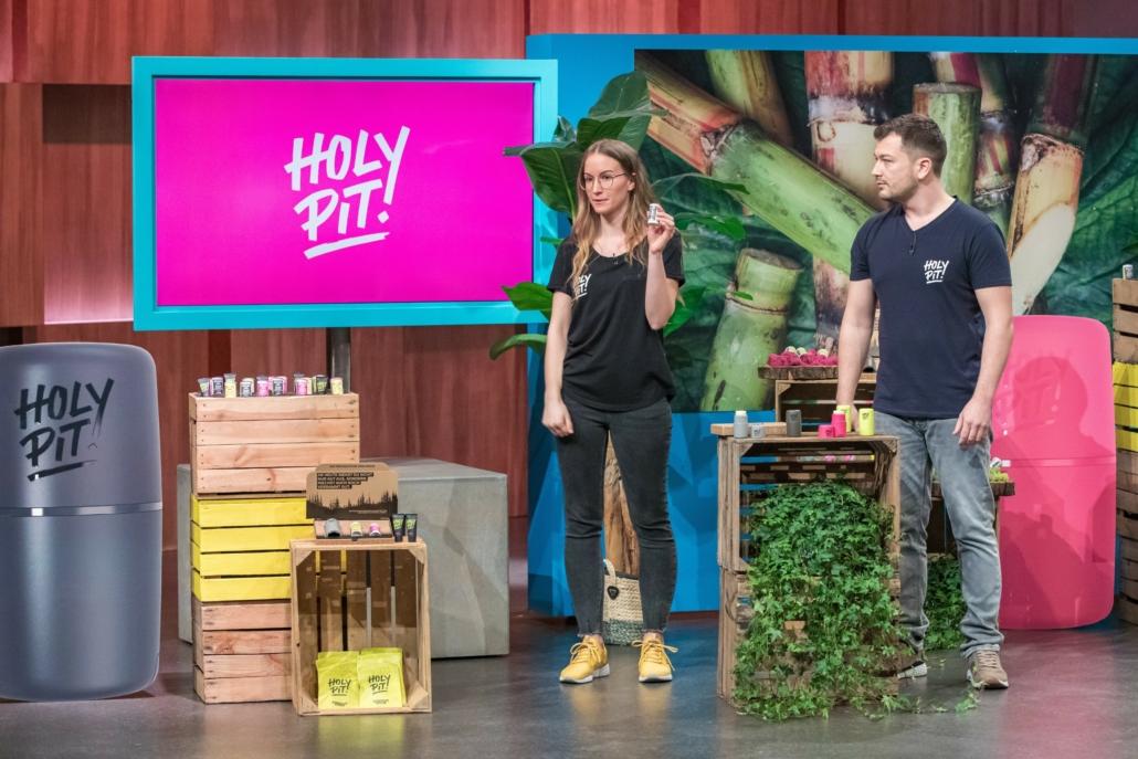 Branka Puljic und Asmir Samardzic bekämpfen mit HOLY PIT nachhaltig Schweißgeruch. Der erste Deal für Ankerkraut.