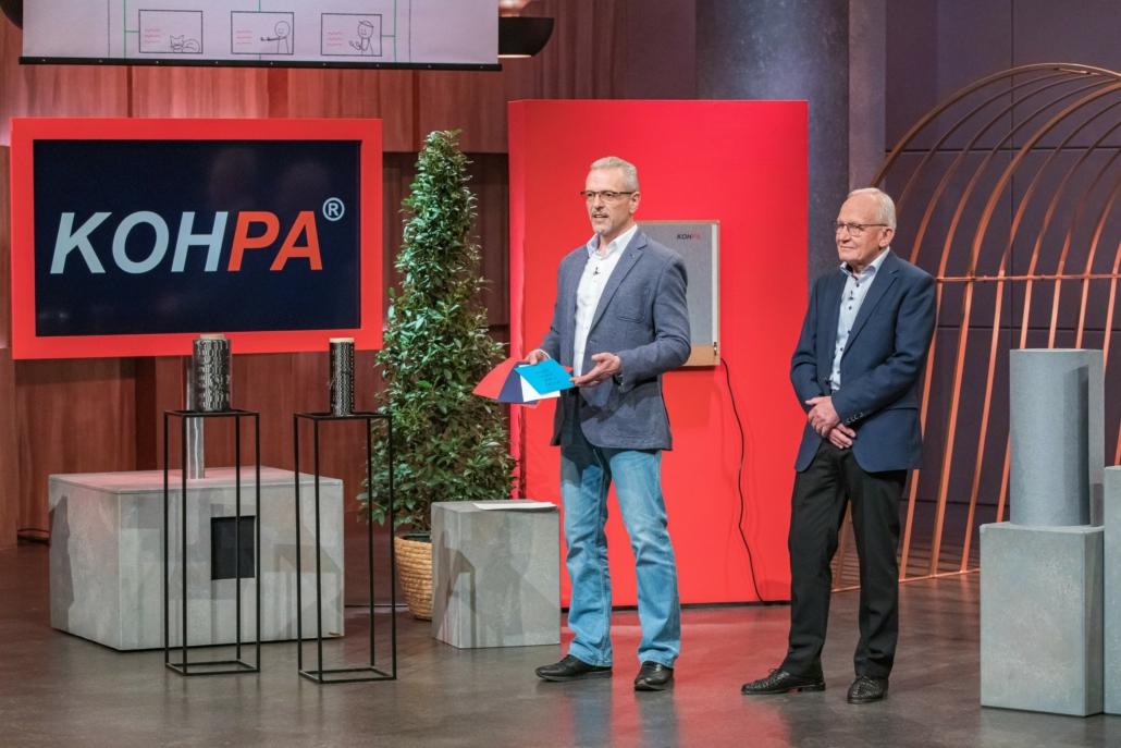 Peter Helfer und Walter Reichel präsentieren mit KOHPA stromleitendes Papier.