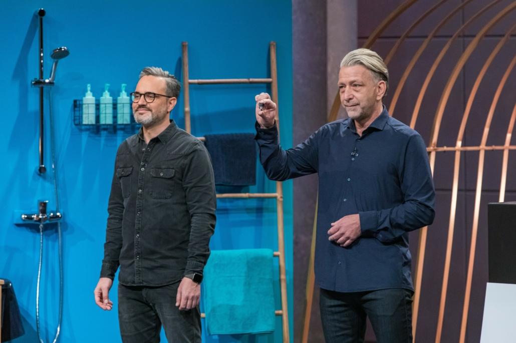 Alexander Schulze und Karsten Gaedke präsentieren den Wassersparer puregreen.